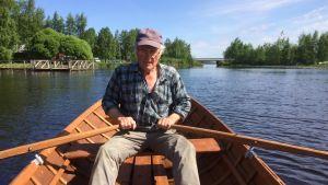 Vilho Vanhatupa soutaa Lappajärvellä tekemällään veneellä.