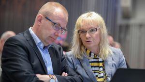 JHL:n toimialajohtaja Päivi Niemi-Laine ja puheenjohtaja Jarkko Eloranta JHL:n edustajiston kevätkokouksessa toukokuussa 2016.