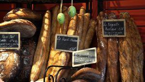 Leipomon hyllyyn patongit on laitettu pystyyn. Muut leivät ovat pinoissa.