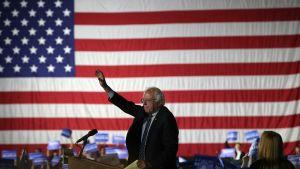 Demokraattien presidenttiehdokkuudesta kisannut Bernie Sanders puhuu kannattajilleen tilaisuudessa Santa Monicassa, Kaliforniassa.