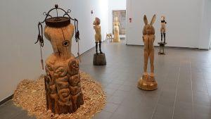 Lumipalloefekti Kemin taidemuseossa, kuvassa Mia Hamarin puuveistoksia.