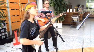 Kaksi muusikkoa esiintyy.