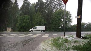 Kova rae-, räntä- ja sadekuuro Vantaan Kuninkaalassa