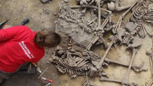 Arkeologi kumatuneena kasana makaavien luurankojen pariin.