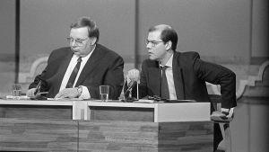 Vaalitentti Yleisradion studiossa vuonna 1987. Kuvassa toimittajat Pekka Oksala ja Leif Salmén.