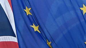Yhdistyneen kuningaskunnan ja EU:n liput liehumassa päällekkäin.