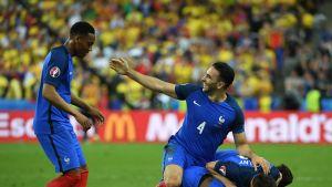 Ranskan pelaajat juhlivat Dimitri Payetin maalia.