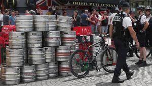 Poliisit partioivat englantilaisten jalkapallofanien suosiman pubin edustalla Marseillessa.