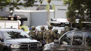 FBI:n joukot yökerhon edustalla Orlandossa.