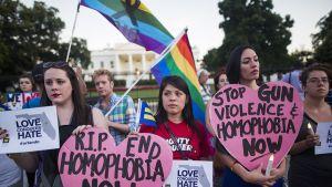 Ihmisiä suremassa Orlandon joukkosurman uhreja Valkoisen talon edustalla Washingtonissa sunnuntaina.