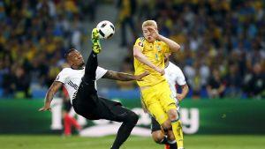 Saksan maajoukkueen Jerome Boateng ja Ukrainan Viktor Kovalenko kilpailivat pallosta 12. kesäkuuta.