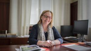 Pietarsaaren kaupunginjohtaja Kristina Stenman työhuoneessaan.