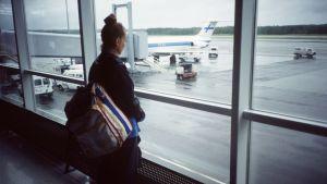 Opiskelijavaihtoon lähtevä nuori Helsinki-Vantaan lentokentällä vuonna 1993.