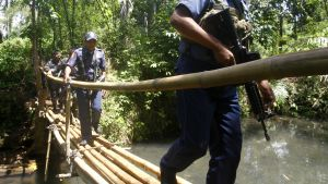 Filippiiniläispoliiseja kävelemässä sillalla.