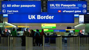 Heathow'n terminaalin kylttejä, jotka ohjaavat maahantulijoita eri jonoihin passinsa perusteella.