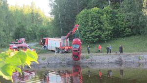 Palokunta nostaa autoa Saimaan kanavasta