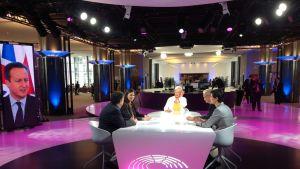 Susanna Turunen ja vieraat istuvat Haloo Eurooppa -ohjelman studiossa.
