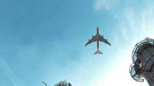 Lentokone lentää taivaalla-