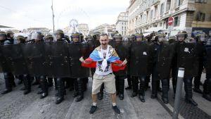 Venäjän jalkapallojoukkueen kannattaja näytti voimiaan Marseillessa, missä englantilaiset ja venäläiset jalkapallofanit ottivat yhteen Englanti–Venäjä -ottelun jälkeen.