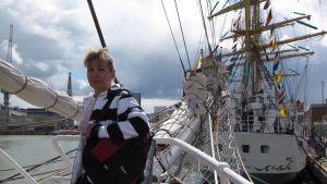 Vapaa-ajallaan Tiina Erkkilä viihtyy omalla veneellään. Tässä kuvassa hän on katsastamassa Tall Ships Race -alusta, joka vieraili Helsingissä heinäkuussa 2013.