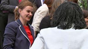 Työväenpuolueen kansanedustaja Jo Cox kuvassa vasemmalla.