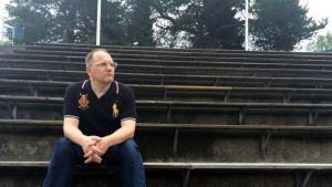 Liikuntasosiologi Harri Heinonen jalkapallokatsomossa.