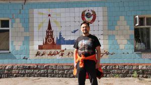 Bair Irintsejev Viipurin keskuskasarmin vartiorakennuksen edessä.