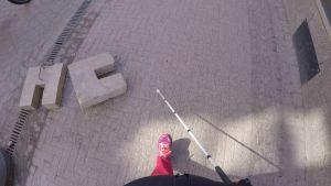 Valkoinen keppi varoittaa näkövammaista kadulla olevista esteistä.