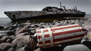 Leonid Demin -tutkimusalus haaksirikkoutuneena Suurensomerikonlahden rannalla.