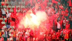 Turkkilaisfanit soihdut jalkapallon EM-kisat soihtu katsomo