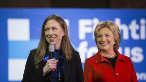 Hillary Clintonin tytär Chelsea (vas.) on osallistunut äitinsä presidentinvaalikampanjointiin.