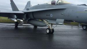 Ilmavoimien Hornet-hävittäjä ilmataisteluohjuksilla aseistettuna.