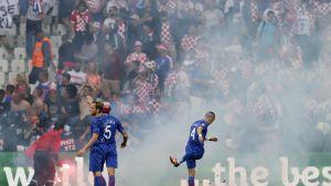 Kroatialaisfanit häiriköivät, pelaajat rauhoittelevat.