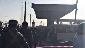 Poliisilähteiden mukaan iskun kohteena oli nepalilaisia vartijoita kuljettanut minibussi.