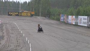 Ohjastaja Veli-Erkki Paavola tutustuu hevosensa kanssa uuteen ravirataan.