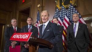 Demokraattinen senaattori Harry Reid kertoo neljän eri aselain tiukennusta koskevan lakiehdotuksen kaatuneen senaatin äänestyksessä.