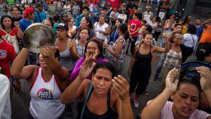 Naisia osoittamassa mieltään Caracasissa
