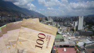 Sadan bolívarin seteleitä Caracasin yllä.