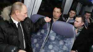 Putin katsoo takanaan istuvaa Špryginia.