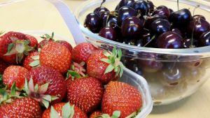 Kuvassa kirsikoita ja mansikoita