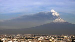 Jatkuvasti purkautuva Popocatépetl-tulivuori kohoaa Pueblan kaupugin ylle Meksikossa.
