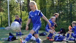 Tyttöjä jalkapallotreeneissä.