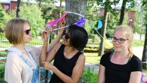 Kolme tyttöä puistossa.