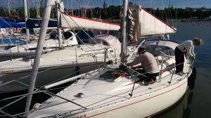 Esko Seppanen ja Minna Kauria laittavat venettä lähtövalmiiksi