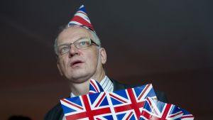 Mies katselee valotaululta EU-kansanäänestyksen äänenlaskennan tuloksia.