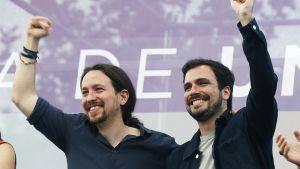 Podemos-puolueen johtaja Pablo Iglesias (vas.) ja Izquierda Unida -puolueen johtaja Alberto Garzon.