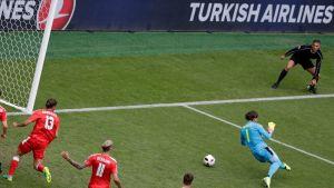 Pallo lipuu maaliin Sveitsin Yann Sommerin jalkojen välistä.