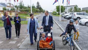Presidenttiehdokas Gudni Johannesson saapui perheineen äänestyspaikalle lauantaina.