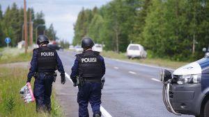 Poliiseja suljetulla valtatie 5:llä.