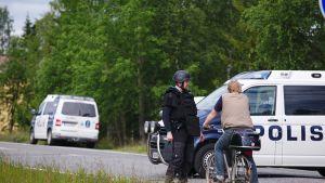Poliisiautoja suljetulla valtatie 5:llä.